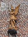 Leuze (Aisne) église, statue sur la façade.JPG