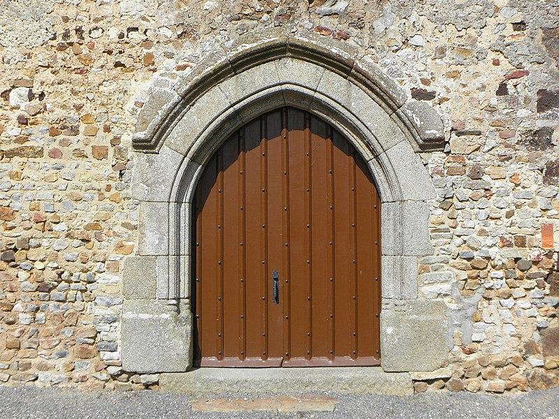 Église Notre-Dame de Livré-sur-Changeon (35). Porte du transept sud.