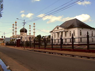 Synagogue and mosque adjacent to each other in Paramaribo MoscheeSynagoge.jpg