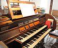 Muenchen Gustav-Adolf-Kirche Orgelspieltisch.jpg
