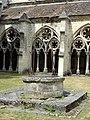 Noyon (60), cathédrale Notre-Dame, cloître, puits 2.jpg