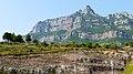 P1100993 Serra de Montserrat, les montagnes de roches sédimentaires en dent de scie (6350636367).jpg