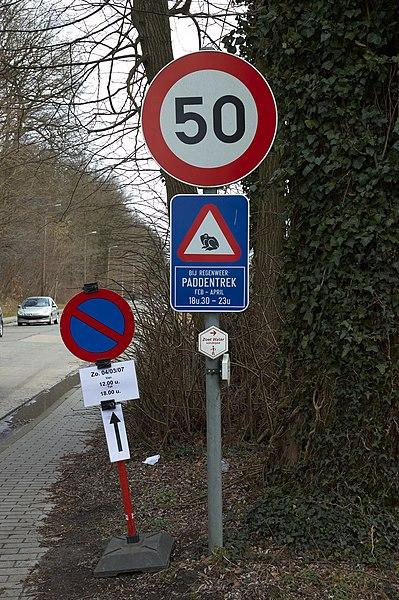 Verkeersborden en paddentrekwaarschuwing.