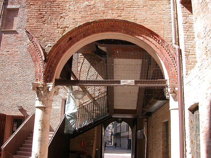 File:Palazzo Roverella; cortile interno; vista su Via Angeli.jpg