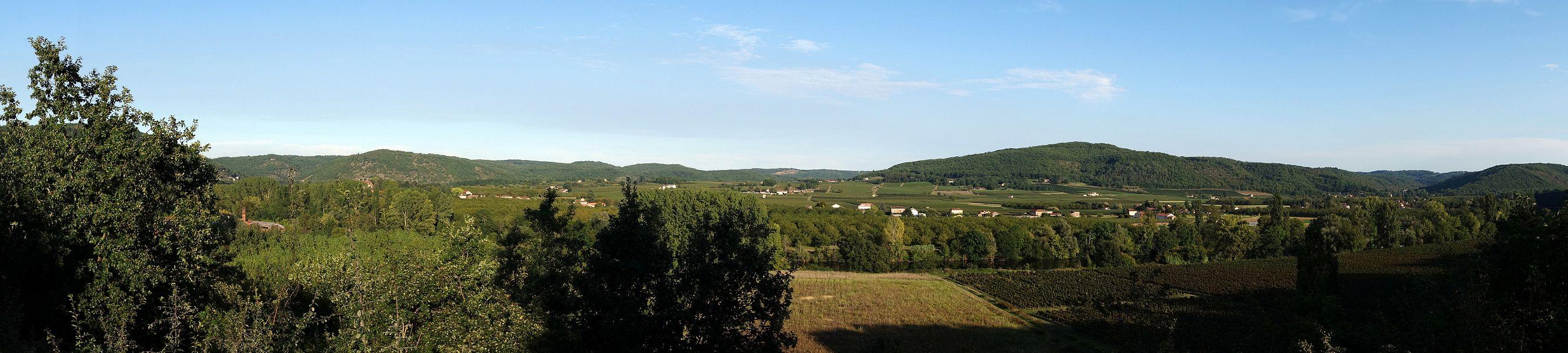 En sortant du village de Prayssac, vers le sud, on prend une petite route (D67) qui mène à Bélaye et Montcuq, en passant par un petit pont sur le Lot... Peu avant le pont, la vue sur la vallée et le vignoble, en fin d'après midi d'été, est impressionnante...