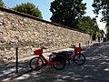 Paris 7e - Boulevard des Invalides, deux vélos Jump.jpg