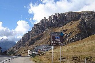 Pass-Straße Richtung Westen (links im Hintergrund die Langkofelgruppe)