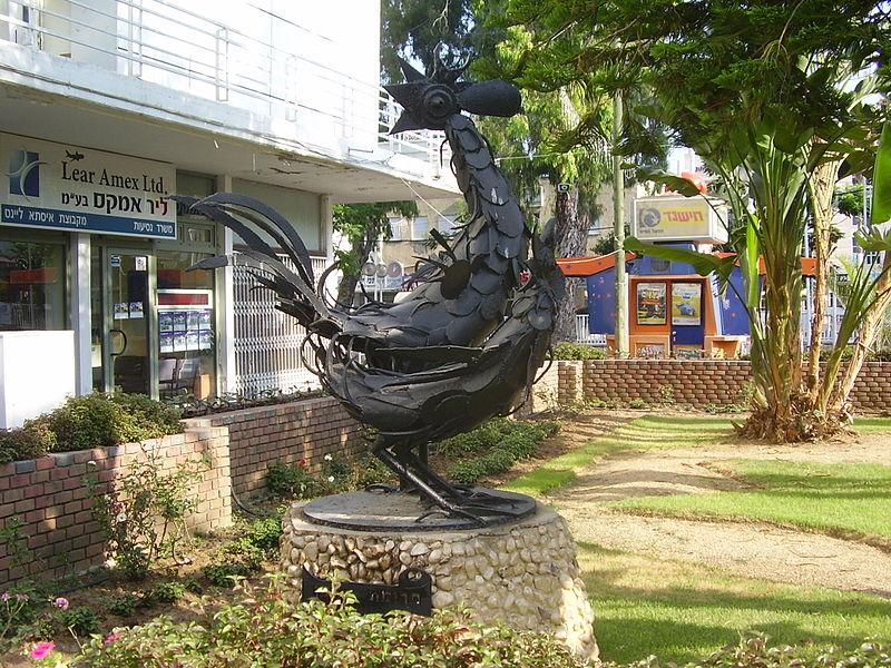 פסל תרנגול ותרנגולת בנהריה