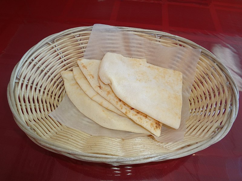 https://upload.wikimedia.org/wikipedia/commons/thumb/5/5f/Pita_%28bread%29.JPG/800px-Pita_%28bread%29.JPG