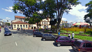 Itaquaquecetuba - The square Padre João Álvares, in the center of the municipality. In the background, the first church of Itaquaquecetuba can be seen.