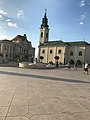 Primaria si Biserica Sf. Ladislau - vedere de pe pietonala.jpg