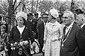 Prinses Beatrix tijdens het bezoek, vergezeld door onder meer burgemeester Matse, Bestanddeelnr 922-5627.jpg