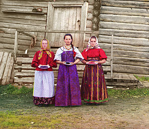 Kirillov (town) - Young peasant women in front of wooden house (ca. 1909 to 1915) taken by Prokudin-Gorskii.