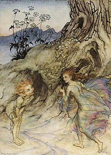 Au pied d'un arbre, un lutin observe une fée qui marche près de lui.