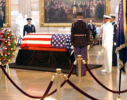 Reagan lying in state in the Capitol rotunda Reagan's casket lies in state June 9 '04 (cropped).jpg