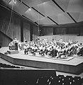 Repetitie van een orkest, vermoedelijk het Israël Philharmonic Orchestra in het , Bestanddeelnr 255-1733.jpg