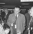 Richard Burton vandaag op Schiphol aan het filmen, even voor de opname dronk Ric, Bestanddeelnr 917-6919.jpg