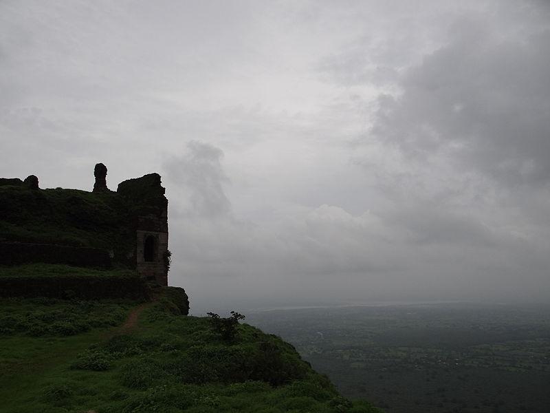 File:Ruins of Patai Rawal's Palace, Pavagadh.JPG