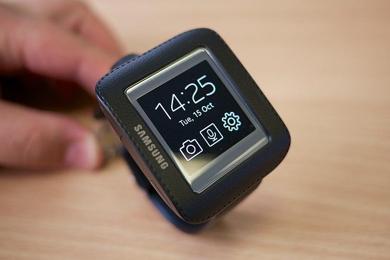 File:Samsung Galaxy Gear in cradle.jpg