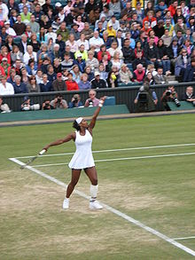 Serena Williams au service à Wimbledon