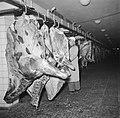 Slager bij de slachtlijn van de vleeshallen in het deel waar varkens geslacht en, Bestanddeelnr 252-9060.jpg