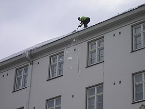English: Snow being dropped from roof in Jyväs...