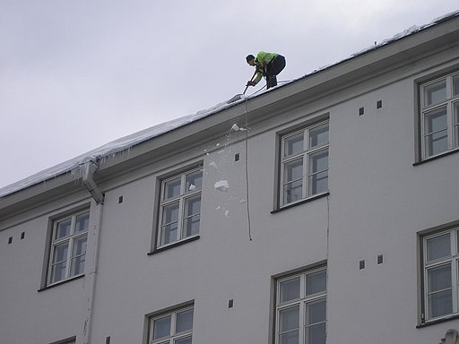 Snow being dropped from roof in Jyväskylä
