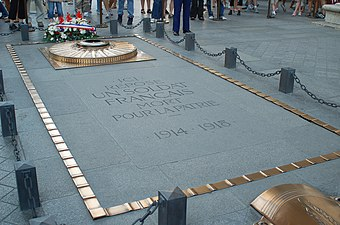 Tomb of the Unknown Soldier beneath the Arc de Triomphe Soldat inconnu 14 07 2006.jpg