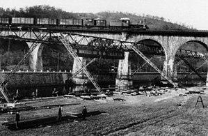 Wuppertal Suspension Railway - Image: Sonnborner Eisenbahnbrücke 001