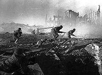 Soldados soviéticos, luchando en las ruinas de Stalingrado, en los momentos más sangrientos de la Segunda Guerra Mundial.