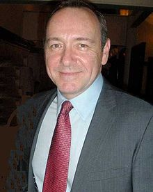 Kevin Spacey en costume-cravate.