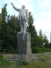 Statue of Lenin on Moskovskyi Avenue 225 in Kharkiv (10).jpg