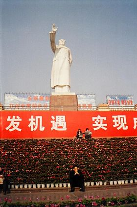 Statue of Mao Zedong in People's Square, Chengdu.jpg