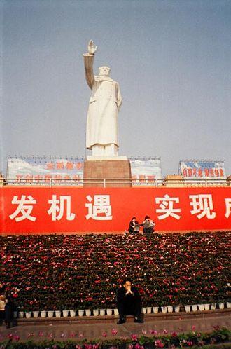 Mao Zedong Statue (Chengdu) - Image: Statue of Mao Zedong in People's Square, Chengdu