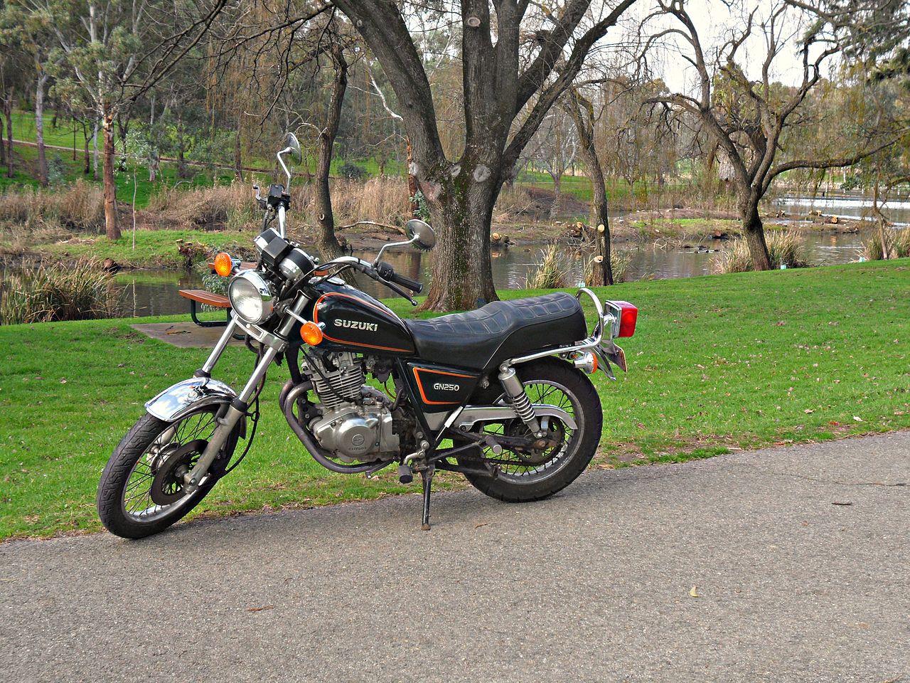 https://upload.wikimedia.org/wikipedia/commons/thumb/5/5f/Suzuki_GN250_Motorcycle.JPG/1280px-Suzuki_GN250_Motorcycle.JPG