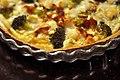 Tærte med bacon, broccoli, gedeost og pinjekerner (5171938354).jpg