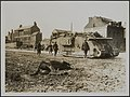 Tank moving to assist in holding the German offensive., Bestanddeelnr 158-1986.jpg