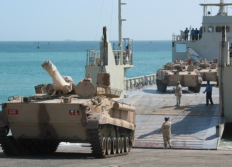 Archivo:US Navy 030223-N-1050K-001 UAE offloads a BMP3 Tank at a Kuwaiti port facility from its Elbahia L62 landing craft.jpg