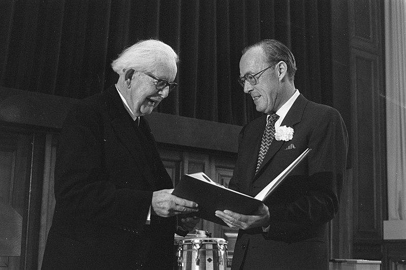 File:Uitreiking van de prijs door prins Bernhard aan de Zwitserse psycholoog-pedagoog, Bestanddeelnr 925-6518.jpg
