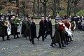 Vainagu nolikšanas ceremonijā pie Mūžīgās Uguns Brāļu kapos (4094782221).jpg