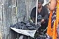 Vendeuse de charbon dans une brouette.jpg