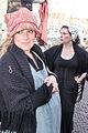 Verklede zwangere vrouw op het 1 april feest Brielle.jpg