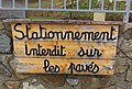 Vernay - Panneau en bois stationnement interdit sur les pavés (mars 2019).jpg