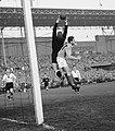 Voetbal Nederland tegen Duitsland in Olympisch Stadion Amsterdam Tilkowski en v, Bestanddeelnr 908-4686, Hans Tilkwoski vs Cor van der Gijp (cropped).jpg