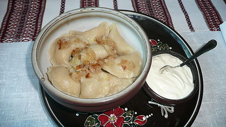 Varenyky topped with fried onion Wareniki.JPG