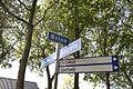 Wegwijzer en straatnaambord in dorp - Gasteren - 20529344 - RCE.jpg