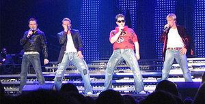 de maldekstre dekstren: Shane Filan, Nicky Byrne, Mark Feehily kaj Kian Egan dum koncerto en 2007
