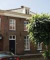 foto van Huis onder schilddak en met empire deur en schuiframen