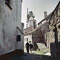 Zicht op het bovenste gedeelte van de toren met kustlicht met rechts de oude stadsmuur - Harderwijk - 20380720 - RCE.jpg