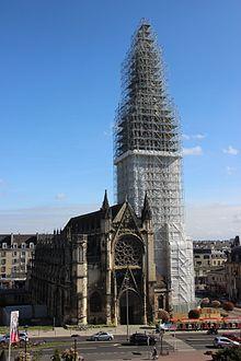 Église Saint-Pierre de Caen enveloppée - travaux sur le clocher, avril 2017.jpg